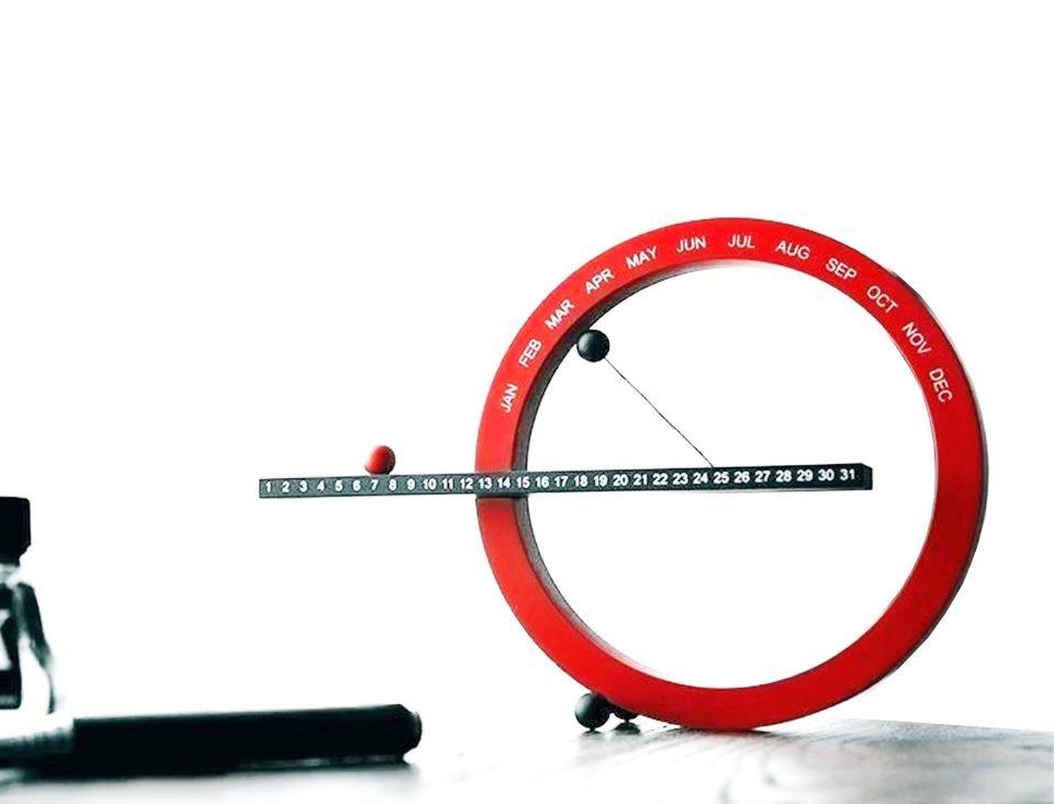 calendario perpetuo magnetico da tavolo scrivania design moderno stile minimalista artistico colore rosso nero