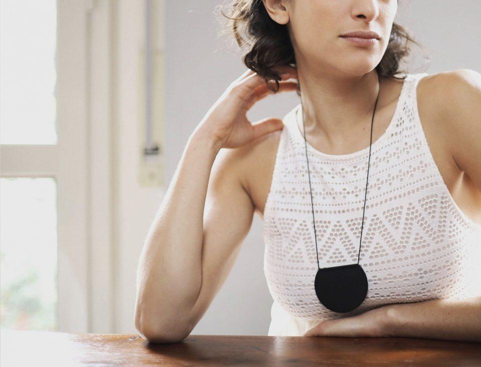gioielli bijoux design minimal chic eleganti contemporanei colore nero collana lunga
